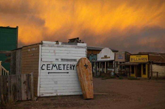 Здесь есть даже кладбище.