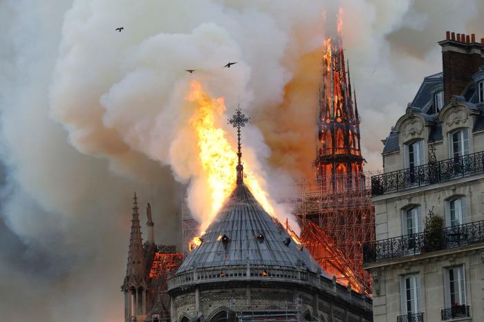 Пожар уничтожил крышу и шпиль/Фото:theatlantic.com