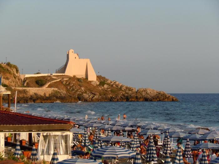 Пляж в Сперлонге (Италия), недалеко от грота Деи Москерини. /Фото: Ursula iris via Wikipedia in italiano
