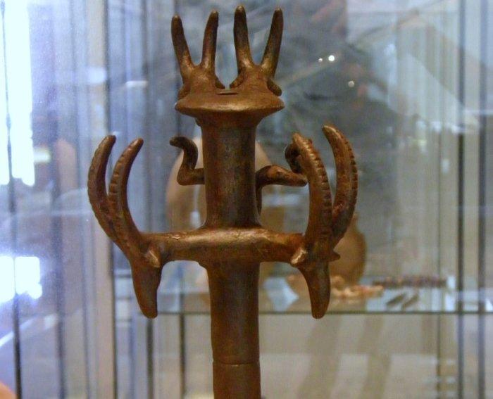 Один таинственных и очень ценных артефактов: скипетр с головами животных на рукоятке. /Фото:ancientpages.com