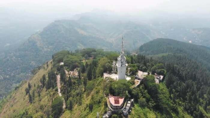 Башня среди горных хребтов. /Фото:motionarray.imgix.net