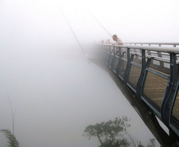 Мост словно парит в воздухе. /Фото:flytothesky.ru