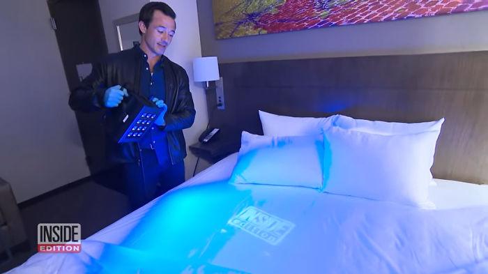 Телевизионщики проводят тайную проверку в номере.