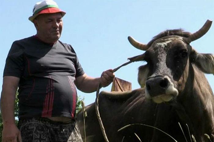 Пенка, которую чуть не казнили за нелегальный переход границы, и ее хозяин. /Фото:mtdata.ru