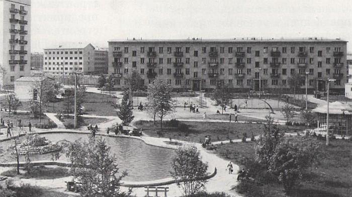 Первая советская хрущевка - на заднем плане. Фото:oldmos.ru