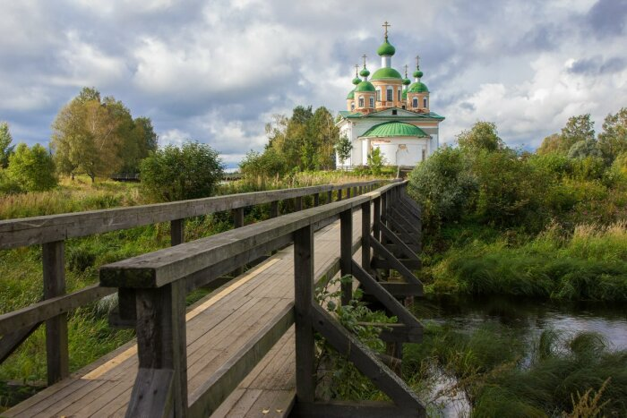 Мост к храму. /Фото: Маргарита Сидорук, nat-geo.ru