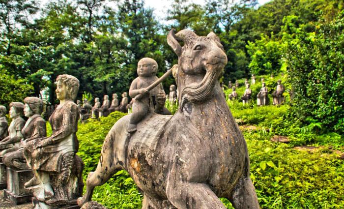 Иногда здесь можно увидеть даже фигуры детей. /Фото:kanasys.com