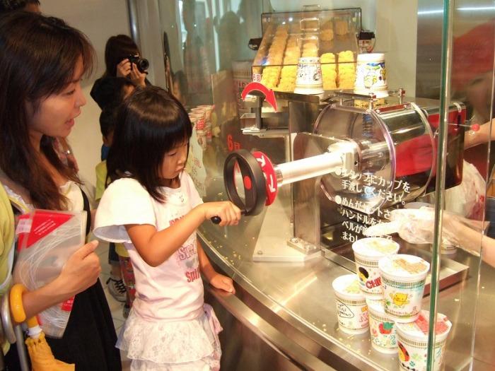 Музей лапши в Осаке очень любят дети. /Фото:ttnotes.com