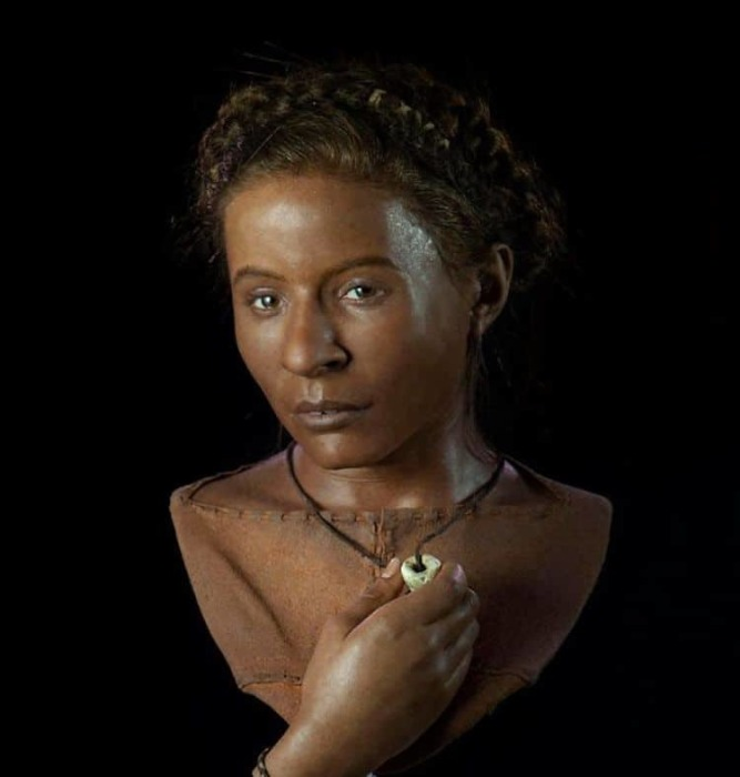 Темнокожая девушка из <br>из Уайтхока, обнаружены недалеко от Брайтона. Возраст: около 3 500 до н. э./Фото:zagge.ru