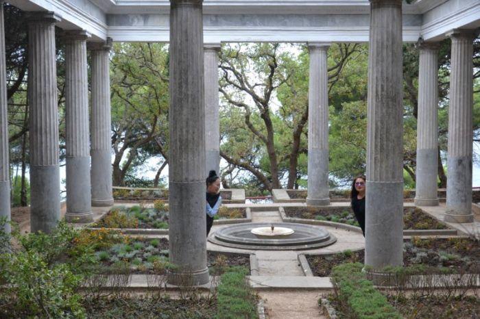 Знаменитая беседка с колоннами. /Фото:dryalta.com