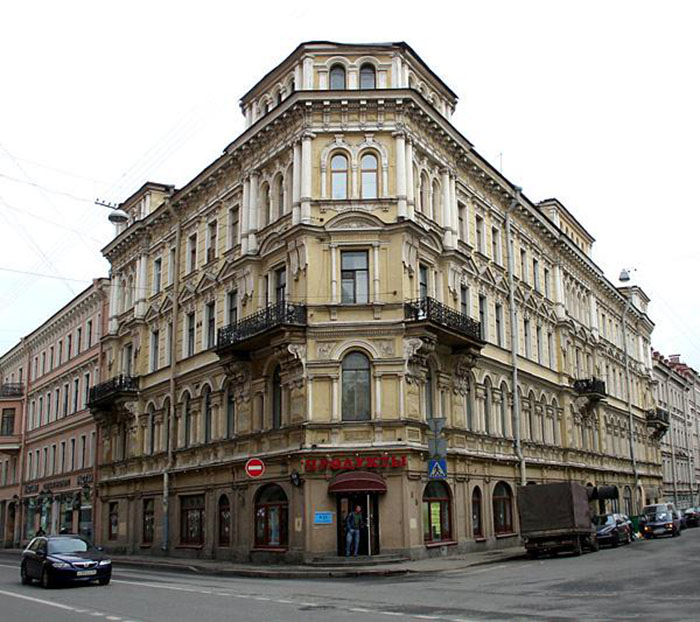 Типичное здание доходного дома. Оно сделано со вкусом и одновременно с претензией на помпезность. /Фото: citywalls.ru