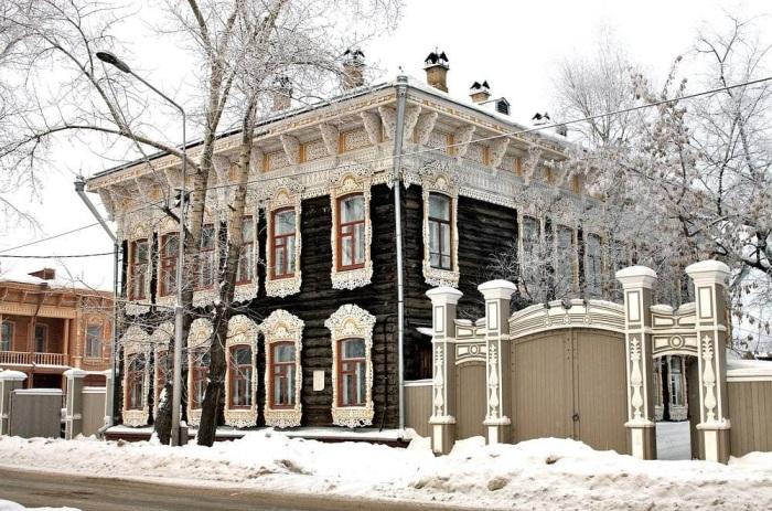 Зимой дом с белой резьбой смотрится невероятно.