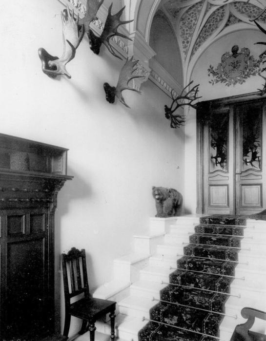 Парадная лестница. .Архивное фото