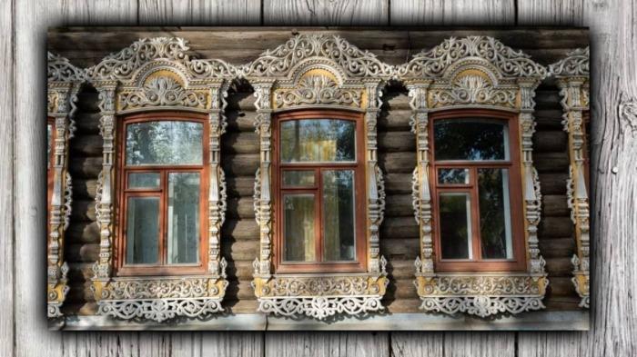 Окна у дома на Шишкова очень широкие. Внутрь попадает много света.