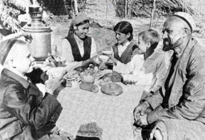 Шаахмед с женой и приемными детьми. 1941 год. /Фото:rodinatyumen.ru
