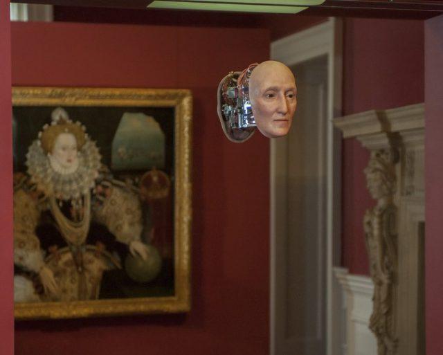 Маску разместили в картинной галерее возле портрета королевы. /Фото Национального морского музея, Лондон.
