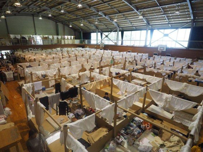 Временное жилье с перегородками для эвакуированных, возведенное в начальной школе Сохо (город Курасики). /Фото:allamericansthings.com