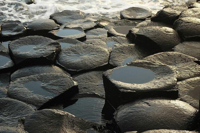 Учёные не верят, что эта дорога из камней рукотворна. /Фото:worldatlas.com