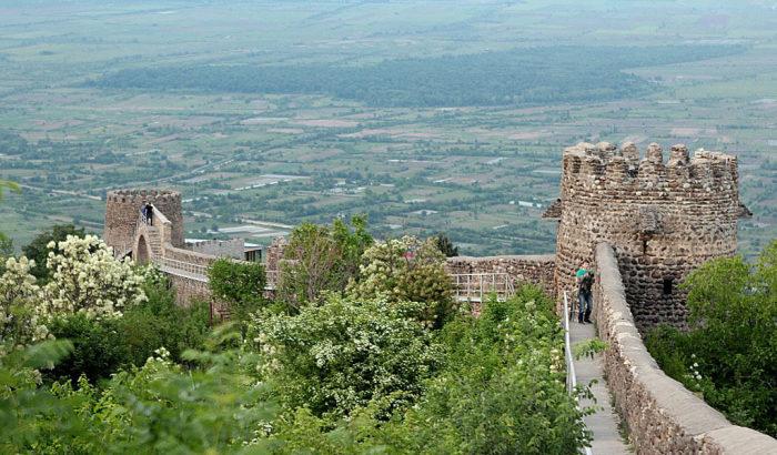 Неприступные стены опоясывают весь город. /Фото:v-georgia.com