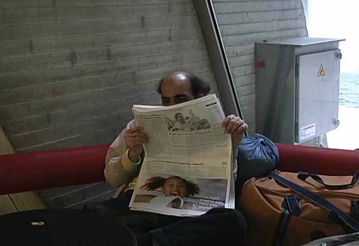 В свободное время житель терминала любил читать газеты. /Фото:fictionvillemedia.com