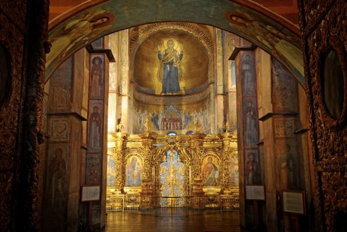 Первое, на что падает взгляд при входе в Собор –  это образ молящейся Богородицы. /Фото:posmotrim.by