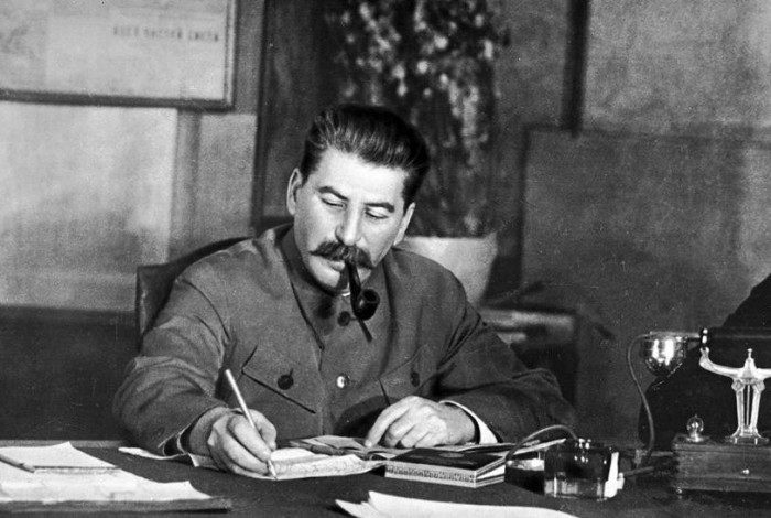 И.Сталин работает с бумагами, 1942 год. /Фото:ретро-фото