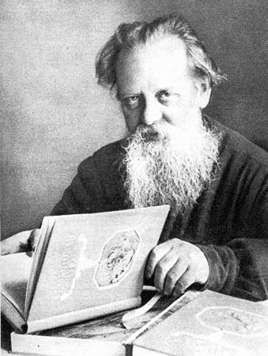 Писатель держит в руках первое издание уральских сказов «Малахитовая шкатулка». /Фото:bazhov.ru