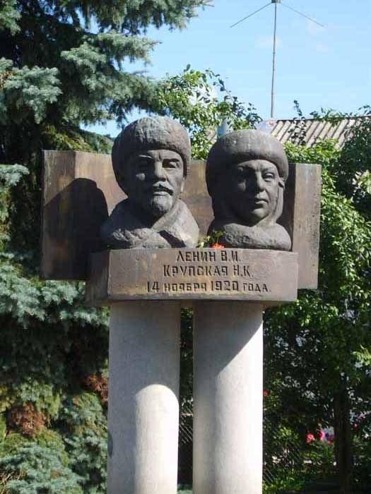 Супругов-революционеров сравнивают с чупа-чупсами. /Фото:pp.vk.me