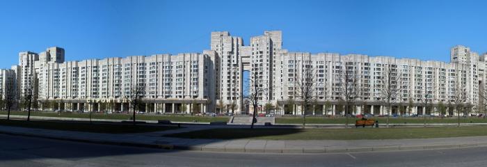 Это здание в Василеостровском районе Питера почти втрое длиннее знаменитого Дома-колбасы. /Фото:magazinnoff.ru