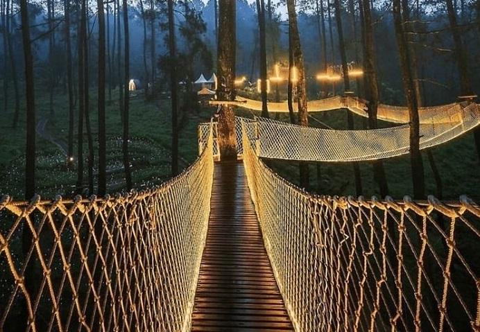 Этот мост популярен днем но еще больше - в темное время суток. /Фото: Уорман Вардхани