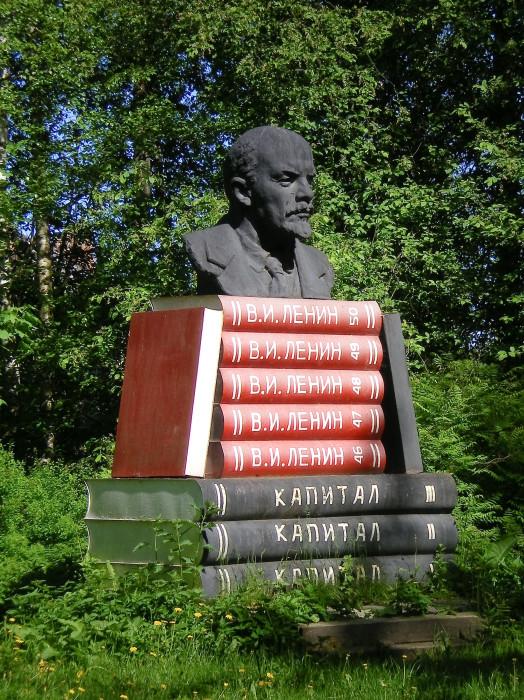 Пирамида из книг, а сверху - Ильич. /Фото:tosma.livejournal.com