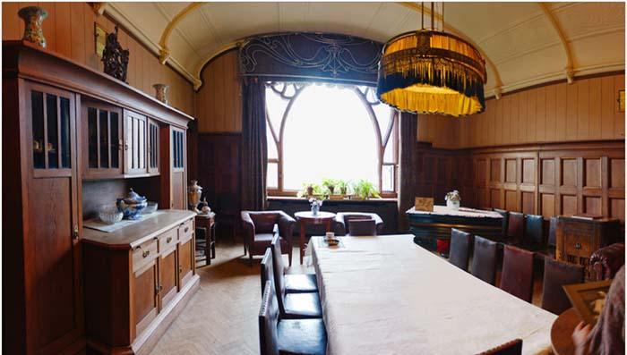 Писатель распорядился поставить в доме книжные шкафы и огромный стол. /Фото:liveinternet.ru