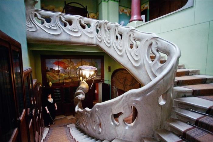 Невероятная лестница с фантастическим светильником. /Фото:sentstory.ru