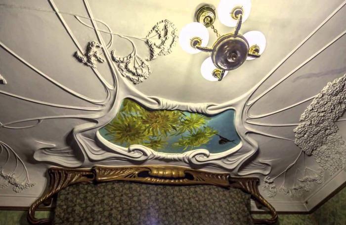 Лепнина на потолке до сих пор потрясает. А вот люстра - более позднего изготовления. /Фото:ytimg.com
