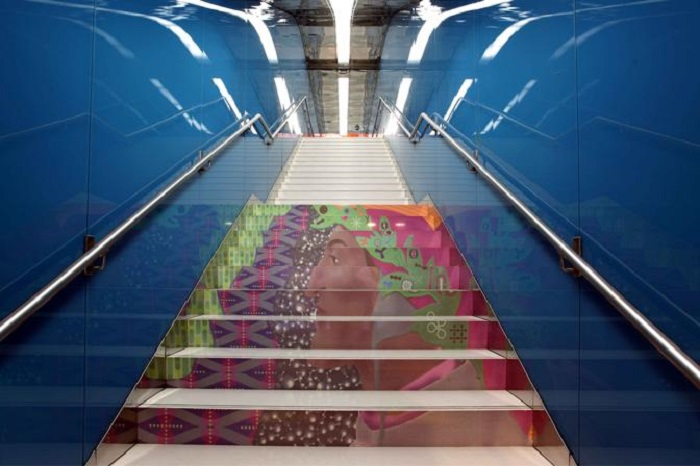 Портрет Данте Алигьери на ступеньках лестницы метро. Фото:corriereobjects.it