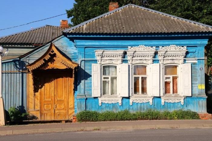 Один из домов с резьбой. /Фото: klintsy.info