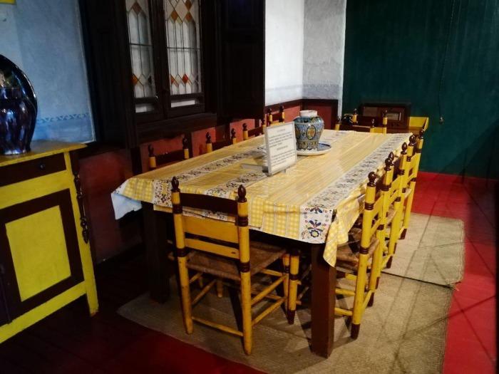 Стол, за которым Троцкий обедал с семьей и охранниками. /znak.com