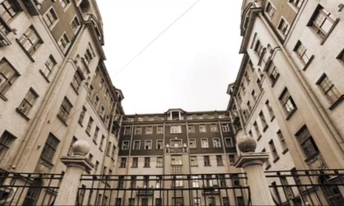 Питерское здание в сериале смотрится весьма таинственно. /Кадр из фильма.
