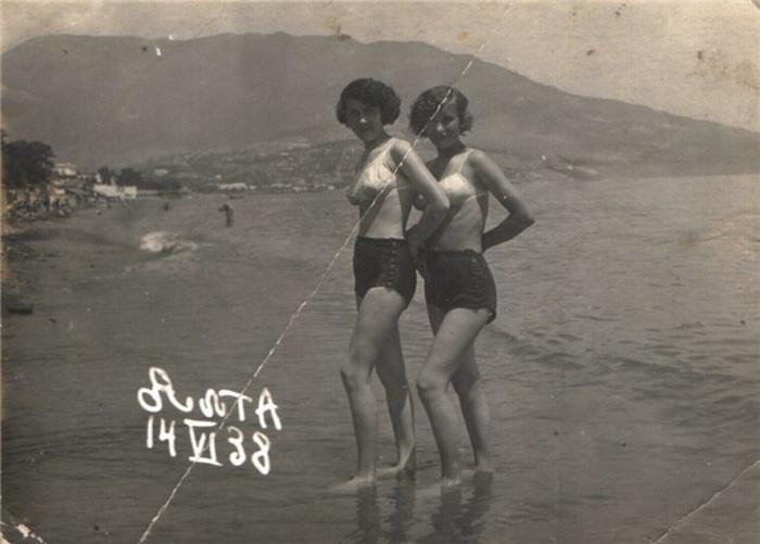 В качестве купальных костюмов, по новой традиции, женщины порой использовали нижнее белье