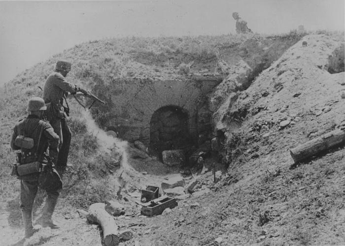 Документальное фото: обстрел фашистскими войсками керченских каменоломен