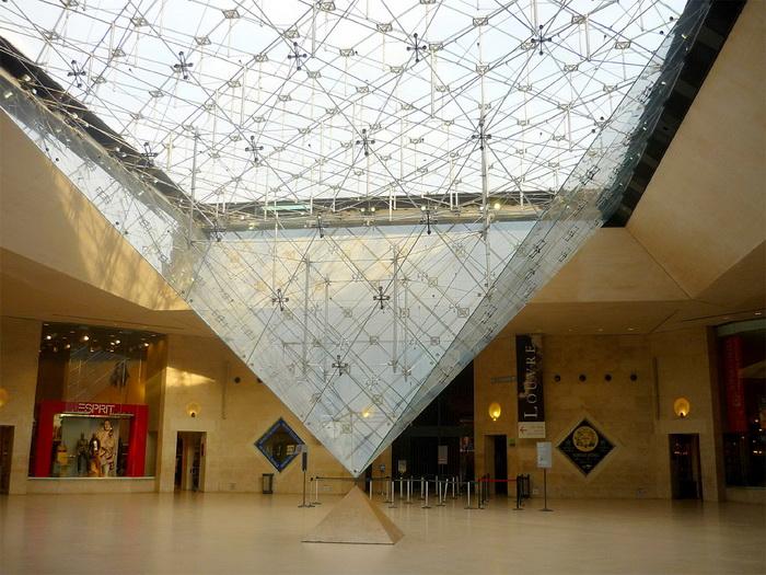 Перевернутая пирамида Лувра