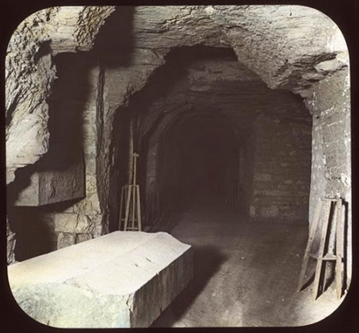 Камера-саркофаг одного из быков-Аписов. Фото XIX века