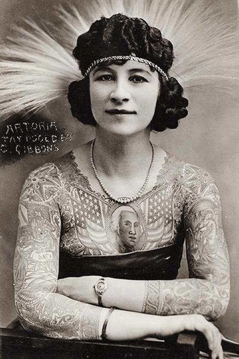 К началу XX века женщина с татуировкой все еще считалась кем-то вроде диковинной зверушки и демонстрировалась в цирках
