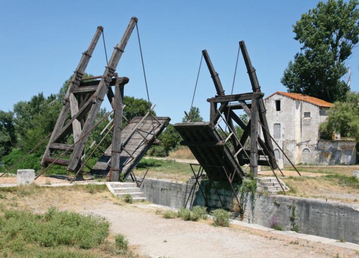 Мосты долгое время разводили с помощью лебедки и противовеса - с XIX века конструкция стала усложняться
