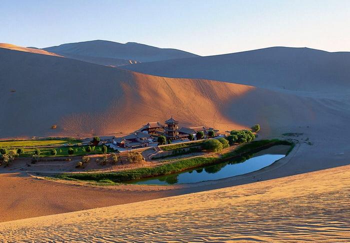 Озеро-полумесяц в оазисе пустыни Гоби; некогда оно было важной составляющей Великого Шелкового пути
