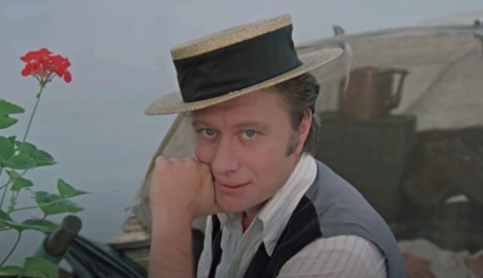 «Трое в лодке, не считая собаки»: персонаж Андрея Миронова, Джером К. Джером, не просто частенько обращается к зрителям, но и «следит» за временем, когда детская аудитория должна отправиться спать