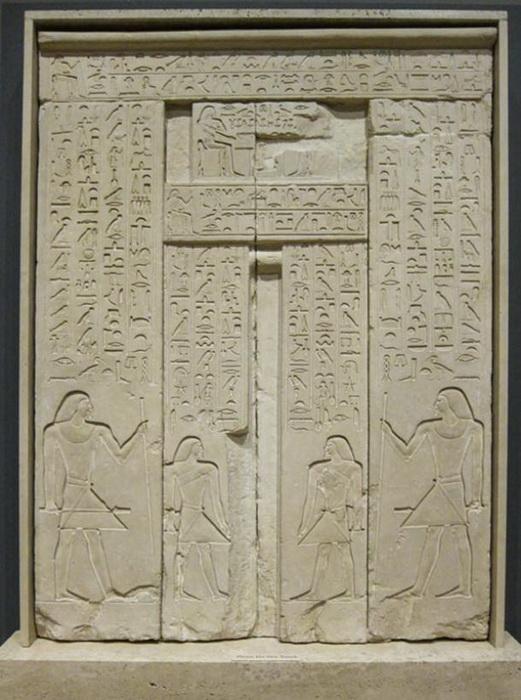 Дверь украшали иероглифами, рассказывающими о покойном