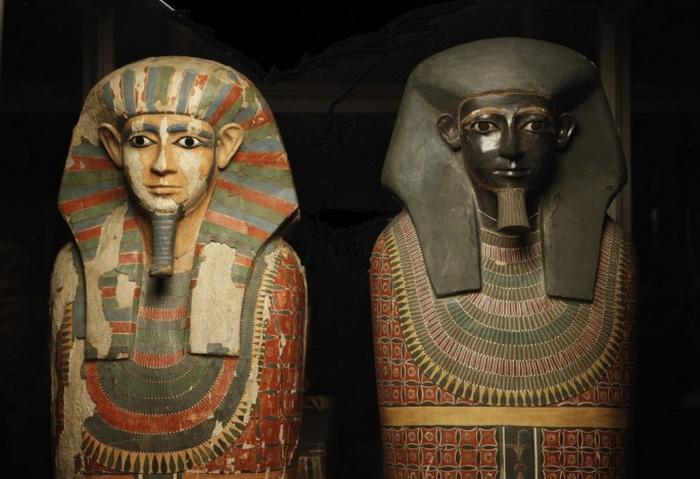 Два саркофага содержали останки древнеегипетских жрецов. Согласно недавним исследованиям ДНК, они действительно приходились друг другу братьями