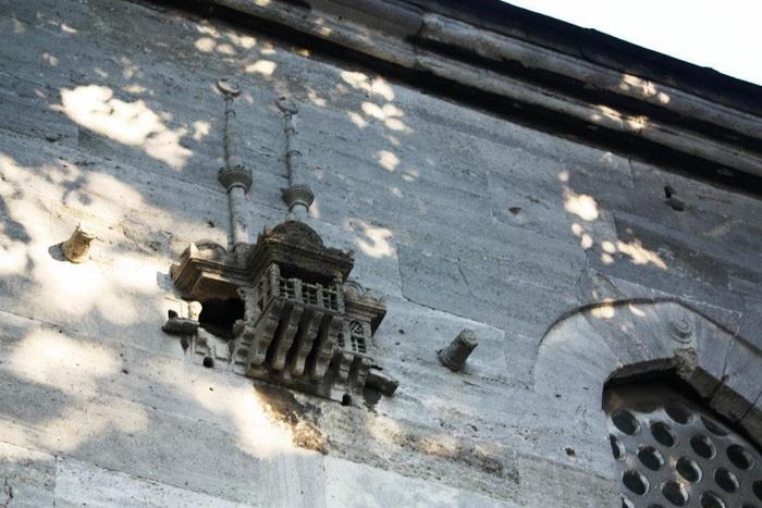 Домик до стене здания в Ускударе