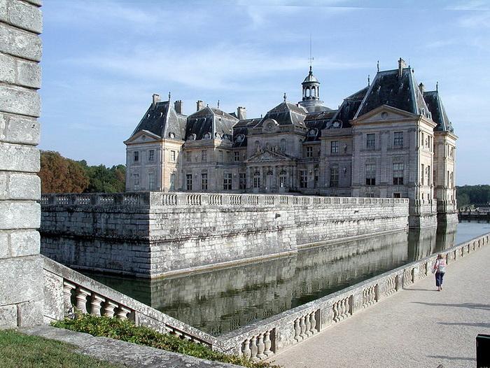 С четырех сторон главное здание окружал ров с водой
